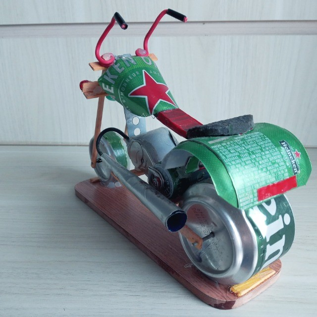 Moto Miniatura Artesanal Heineken com detalhes Minimalistas em Escala  - Foto 6