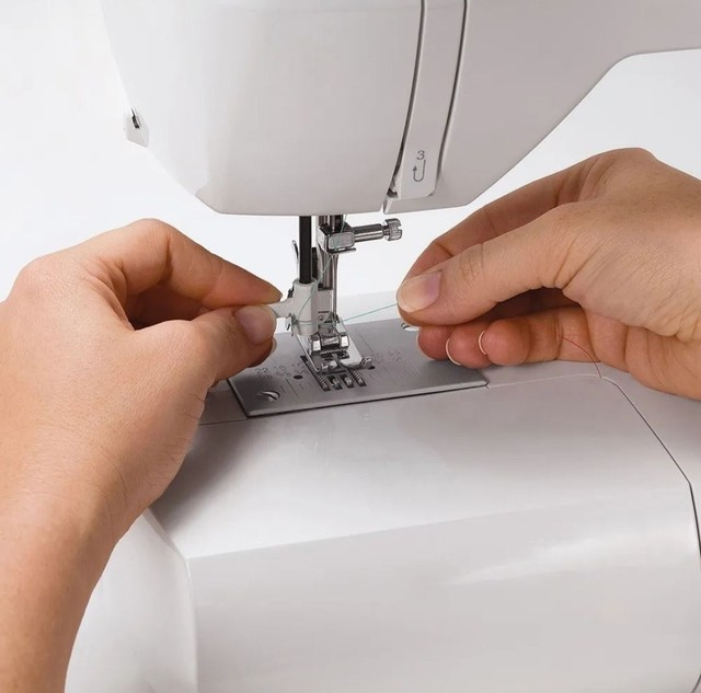 Máquina de costura Singer Starlet 6660  branca e verde 110V - Foto 4