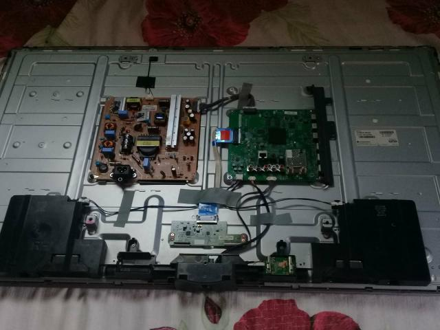 Vendo está TV com a tela quebrada, mas as peças estão boas - Foto 3