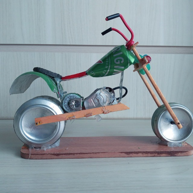 Moto Miniatura Artesanal Heineken com detalhes Minimalistas em Escala  - Foto 3