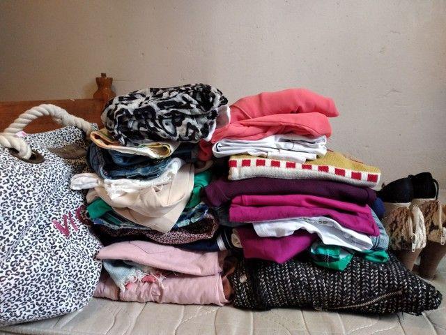 Lote com 41 peças de roupas
