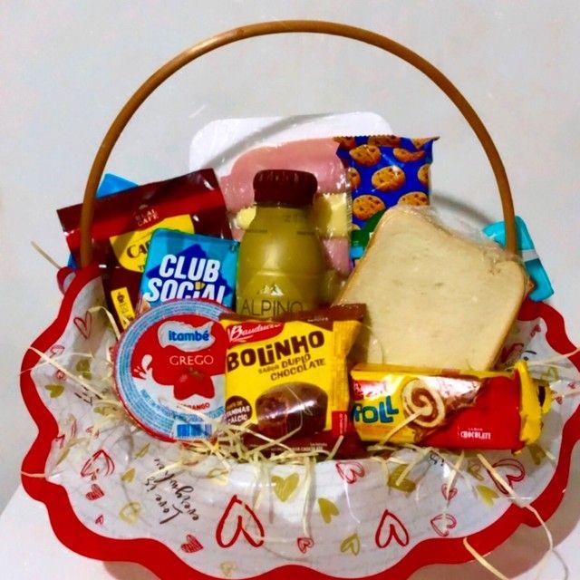 Cestas de café da manhã e cestas de chocolates