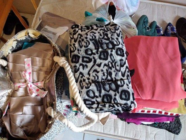 Lote com 41 peças de roupas  - Foto 2