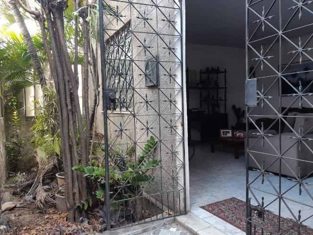 Casa na Av Waldir Diogo com 05 quartos e garagem pra 4 carros. Excelente imóvel - Foto 2