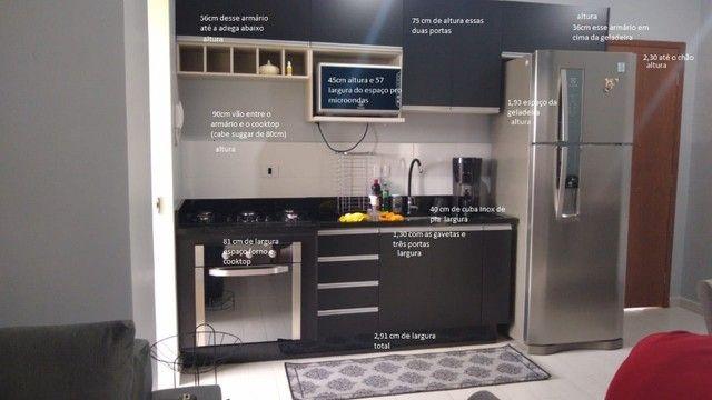 Cozinha modulada preta com pedra granito são Gabriel e sóculo da mesma pedra