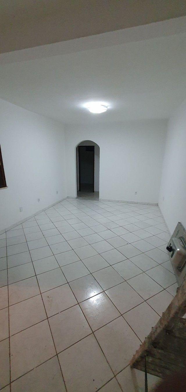 Casa térrea com 2/4, sendo uma suíte em Itapuã, próximo à Av. Dorival Caymmi. - Foto 4