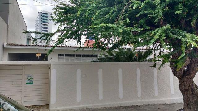 Bela Casa no Centro com 05 Quartos - 04 Vagas e No Melhor Local da Cidade