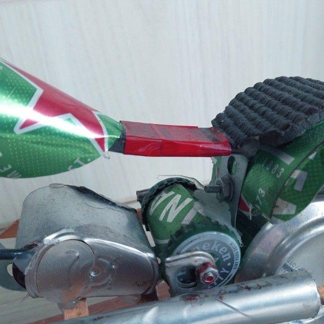 Moto Miniatura Artesanal Heineken com detalhes Minimalistas em Escala  - Foto 2