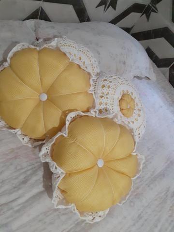 Almofada flor renda em crochê - Foto 3