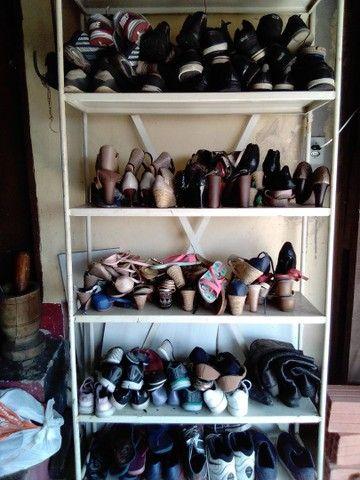 Roupas e sapatos sandálias - Foto 6