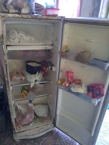 Vendo essa geladeira top funcionado 300 reais  - Foto 2
