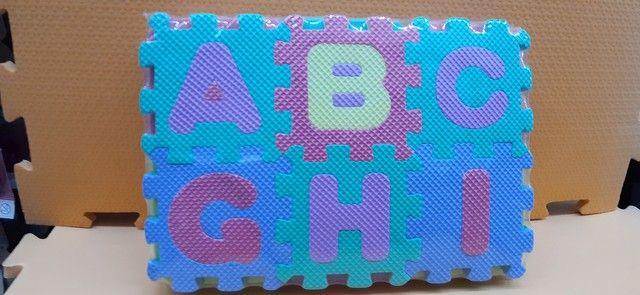 Mini- tapete infantil de letras e números, todos alfabéticos.