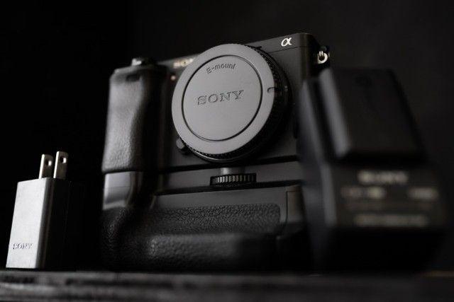 Câmera Sony mirrorless A6300 + Battery Grip (11000 clicks)