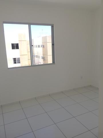 Aluga-se apartamento com 2/4 coisinha, banheiro, sala, entregue a pouco temp
