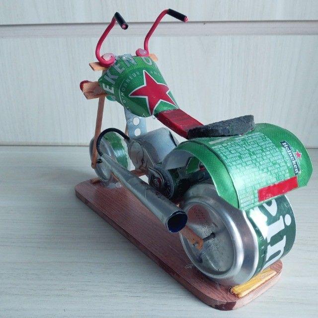 Moto Miniatura Artesanal Heineken com detalhes Minimalistas em Escala  - Foto 4