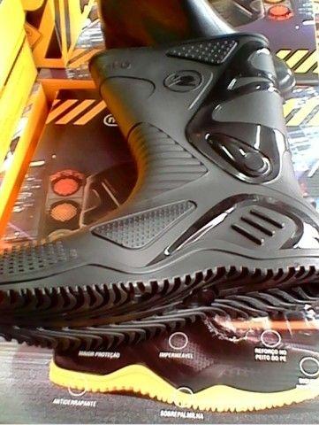Bota Motociclista Cano Alto Preto PVC 100% Impermeável Calçados  - Foto 4