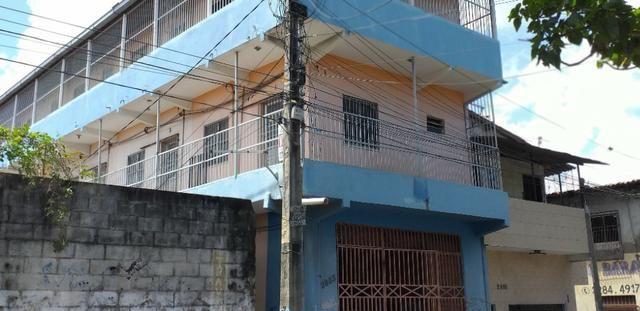 Vendo prédio de 3 pavimentos, c/8 kitinetes + ponto comercial, no Quintino Cunha