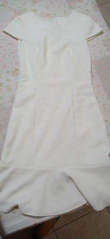 Vestido curto off white.