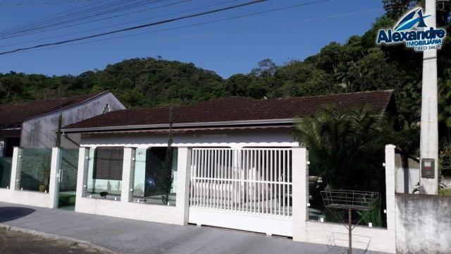 Casa com piscina no centro de guaramirim.