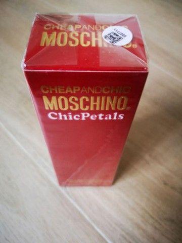 Perfume Cheap and Chic 50ml - Marca Moschino Chic Petals - Foto 2