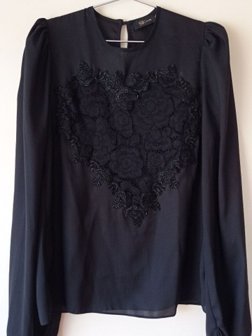 Blusa preta com bordado.