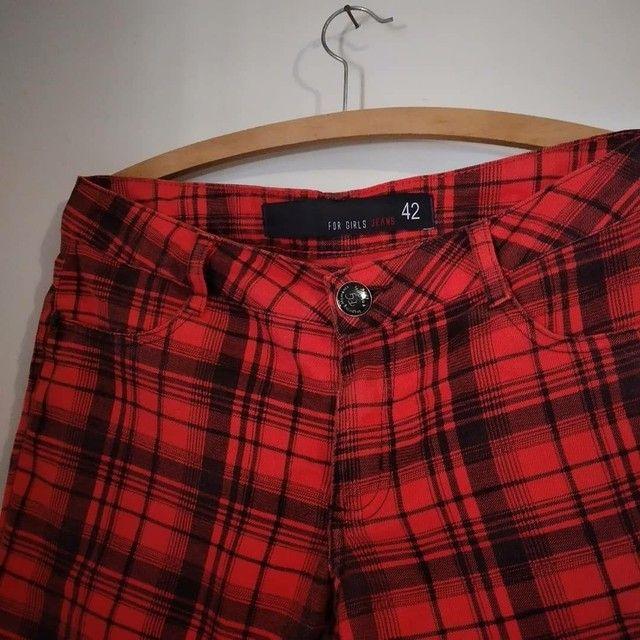 Calça jeans xadrez vermelha