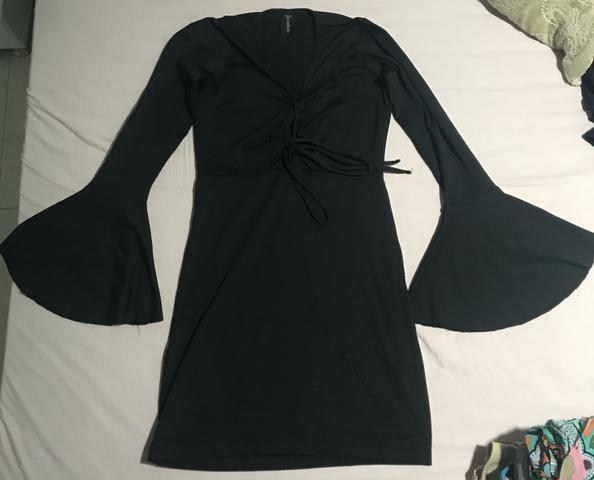 Vestido preto decote