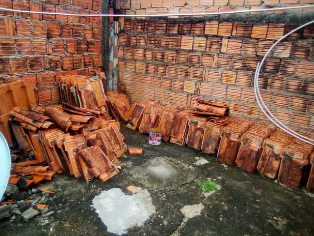Vendo telhas de barro usadas por R$1,00 cada