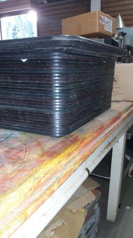 Bandejas plásticas p/refeição seminovas - 28 unidades. - Foto 3