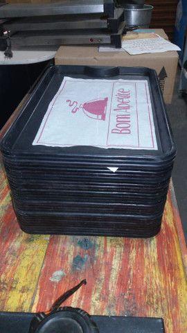 Bandejas plásticas p/refeição seminovas - 28 unidades. - Foto 6