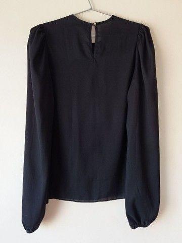 Blusa preta com bordado. - Foto 2
