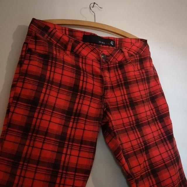 Calça jeans xadrez vermelha  - Foto 2