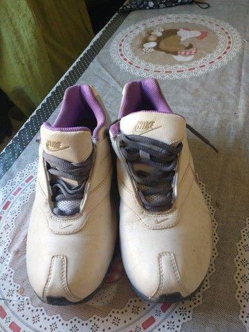 Tênis Nike, tamanho 35, branco com lilás - Foto 2