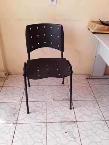 Mesa, cadeira e pratileira
