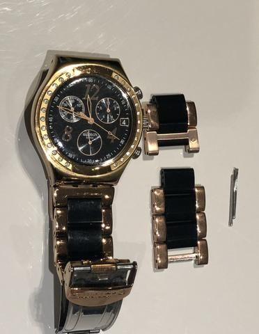 Relógio Swatch preto e acobreado