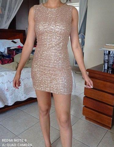 Vestido curto com brilho. - Foto 3