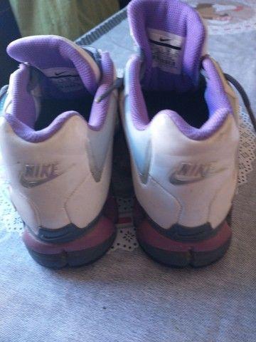 Tênis Nike, tamanho 35, branco com lilás - Foto 4