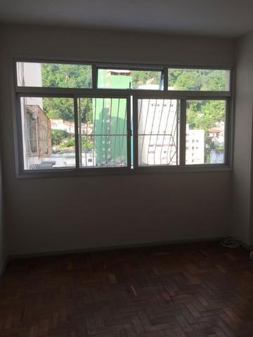 Alugo apartamento Grande 3 quartos, suite, vaga garagem no predio