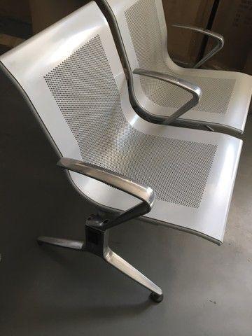 Longarina 2 lugares modelo aeroporto com braços entre os assentos
