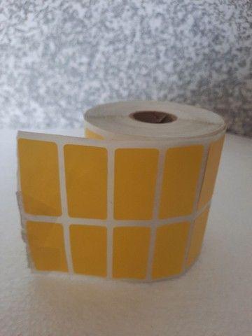 2 rolo etiqueta 50x30 (5x3) adesiva amarelo couche com 3.000 un por rolo. - Foto 3