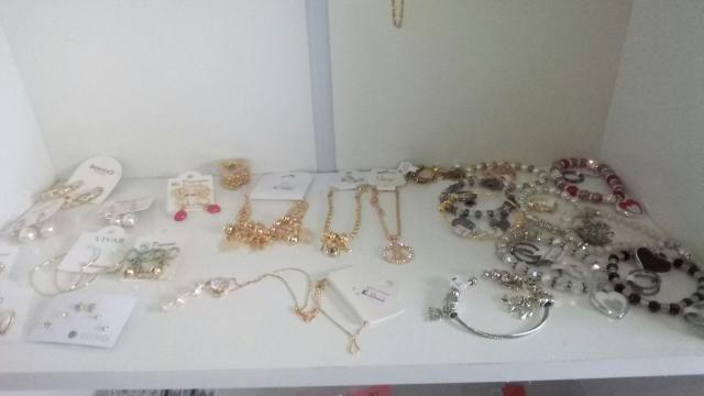 Acessórios de cor prata e dourado - Foto 3