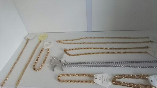 Acessórios de cor prata e dourado - Foto 4