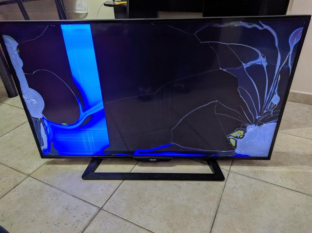 TV LED 48 Full HD Com tela trincada