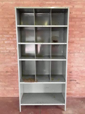 Armário de aço com fundo e laterais