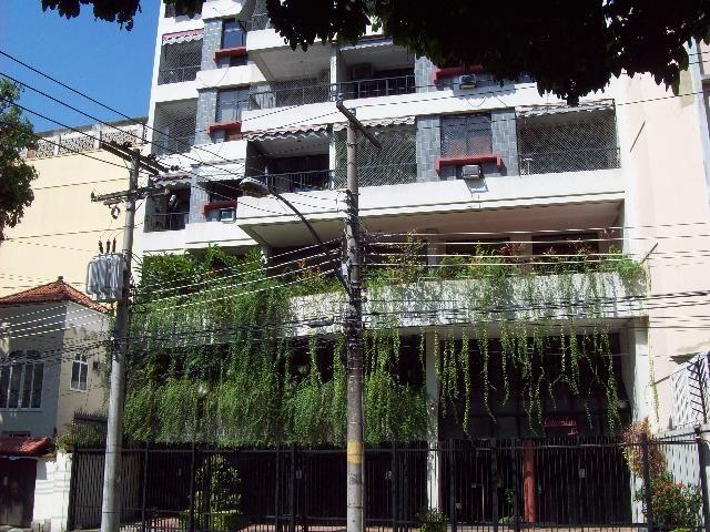 Apartamento Tijuca c/ varanda, 2 quartos, 2 quadras metrô, sol manhã