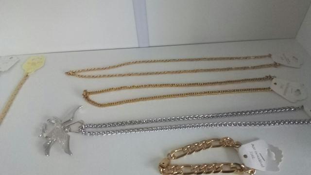 Acessórios de cor prata e dourado - Foto 6