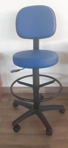 Cadeira giratória tipo mocho
