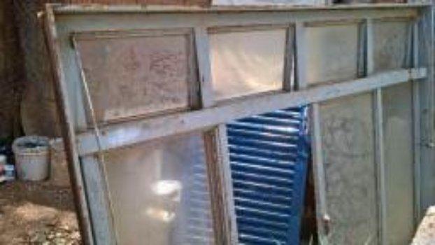 Vendo 5 janelas usadas feitas sob medida para comércio - Foto 5