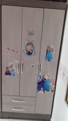 Guarda roupa infantil de três portas, duas gavetas da marca Briz.