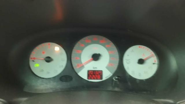 Clio Hatch 2009 com Ar gelando aceito troca - Foto 4